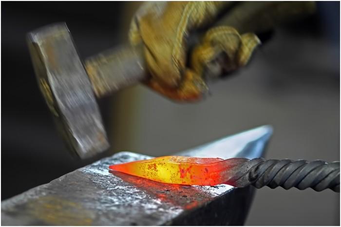 ковать железо