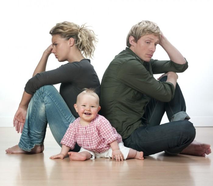 jeunes parents en désaccord sur l'éducation des enfants